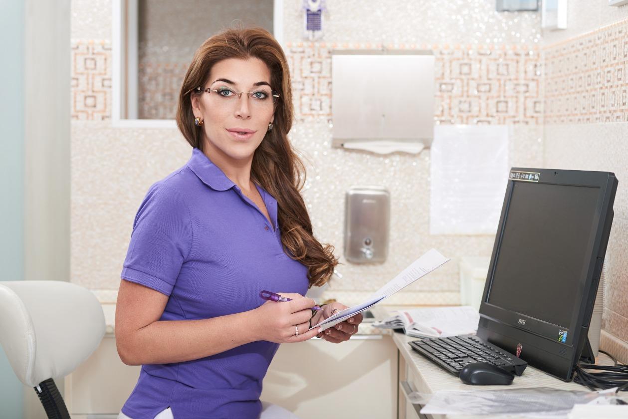 Есть такая профессия: челюстно-лицевой хирург или хирург-стоматолог – страж здоровых зубов и хорошего настроения