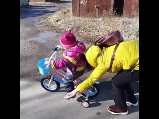Коротко о том, как Алёна учится кататься на велике