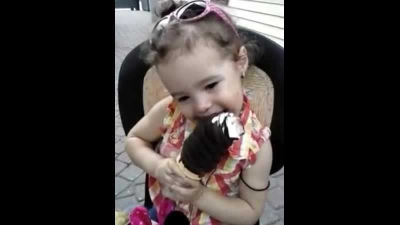 Zoe eating big icecream video