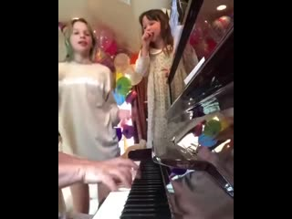 Дочки Миллы Йовович поют песню про Антошку