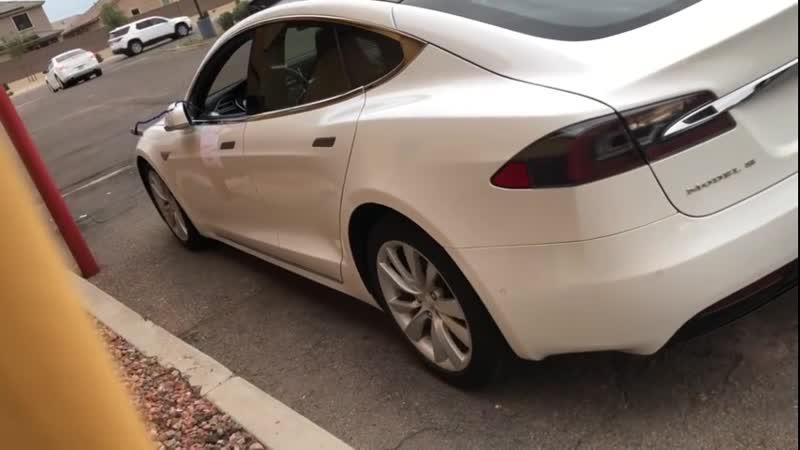 Tesla Model S помогает в самоизоляции
