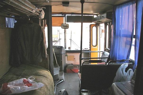 САЛОН ТЕХНИЧКИ  Я много лет проработал водителем техпомощи в автобусном парке. Кроме всего прочего, сохранились фотографии салона технички. Это рабочий технарь - 'обрубок' из 'гармошки' Икаруса 280. Машина Т-12. Её уже нет. Порезали.