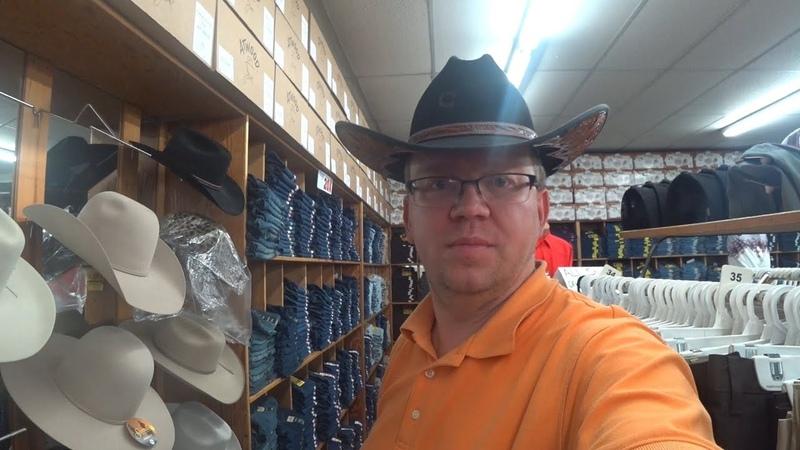 Ковбойский рай США. Индеец Джо вышибала в ковбойском магазине. ковбой это скотовод. пастух . чабан