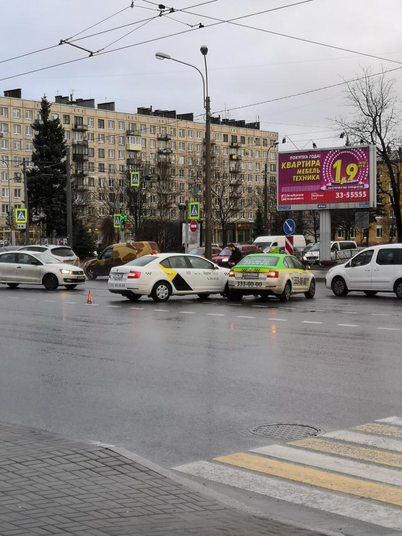 Такси бодаются на перекрёстке Заневского и Шаумяна.
