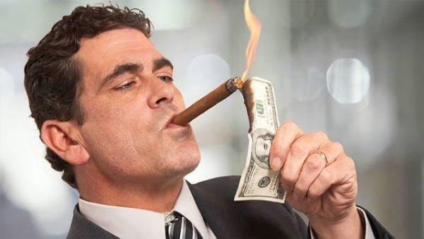 Поджигает доллар