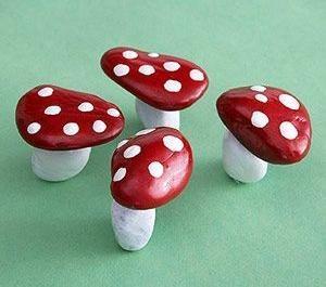 Поделка грибы из камней Осеннюю поделку на тему грибов можно сделать с детьми 4-5 лет из плоских камушков, привезенных с моря. Из двух камней, после покраски получается яркий мухомор.Из одного
