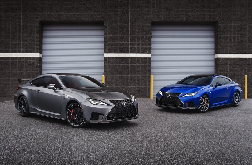 Lexus RC F Track Edition (слева) и обычный обновленный RC F