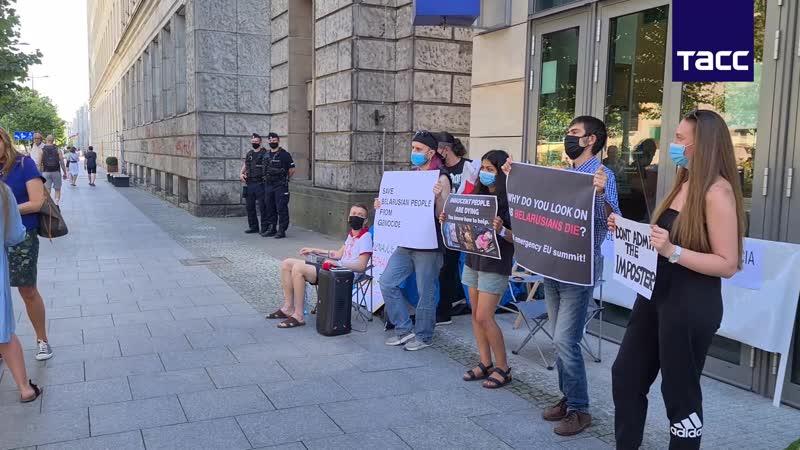 Члены белорусской диаспоры устроили бессрочную голодовку у представительства ЕС в Варшаве