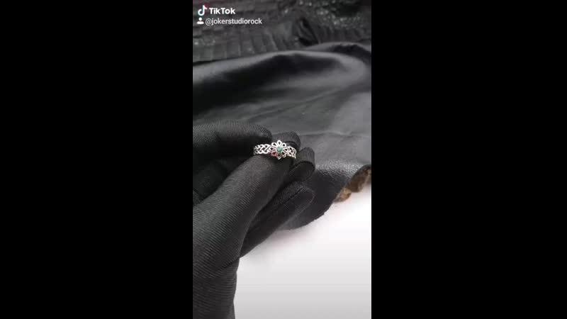 Женское тонкое кольцо с камнями и славянской звездой Алатырь
