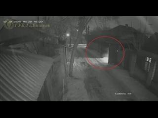 В Бишкеке мужчина при угоне машины врезался в дерево — видео момента