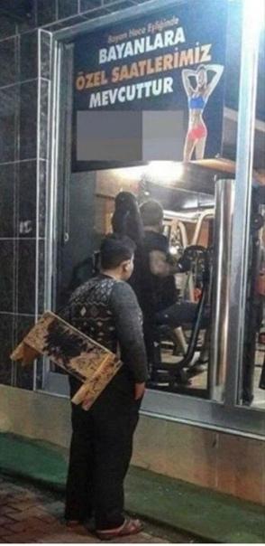 По Сети распространилась и стала вирусной фотография, как 12-летний турецкий чистильщик обуви разглядывает спортивный зал стоя перед витриной Когда руководство зала узнало об этом, они нашли