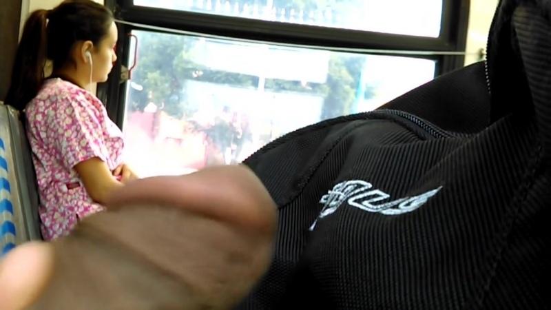 Больной извращенец дрочит прямо в автобусе, глядя на