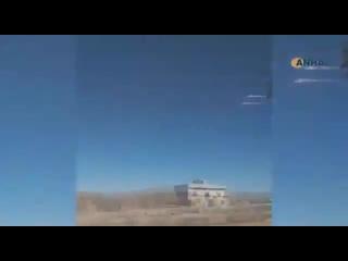 Российский вертолет Ми-35М разгоняет толпу, закидывающую камнями российские бронемашины на севере Сирии