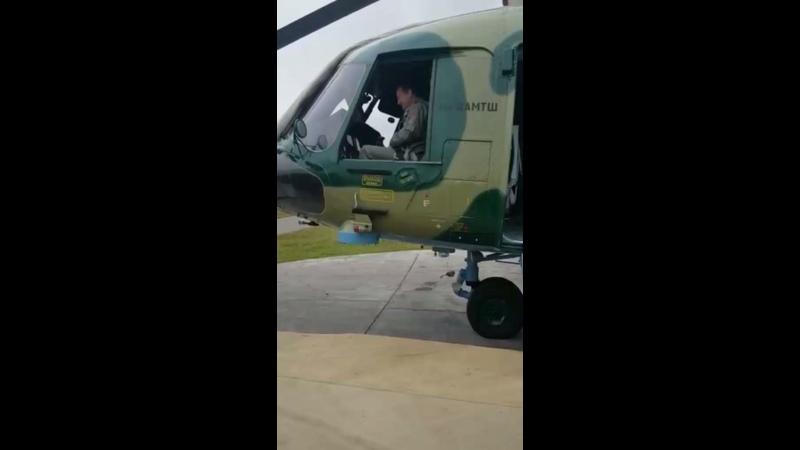 Опытный пилот инструктор вертолета проводит занятие по катапультированию