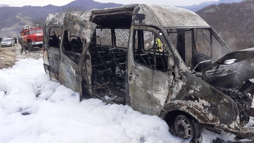 Микроавтобус перевозивший туристов из Дагестана сгорел в КЧР