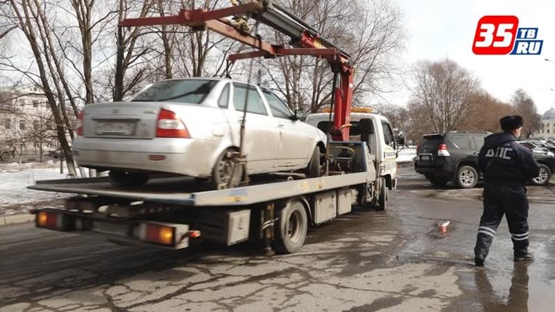 В Вологде сотрудники ДПС массово эвакуируют машины за нарушение правил парковки