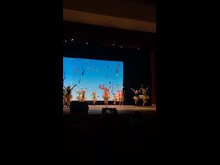 Кусочек танца «конфети». Милана в розовом , в центре