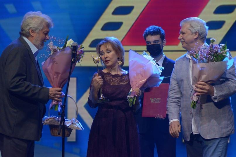 Народная артистка России Лариса Удовиченко благодарит за награду