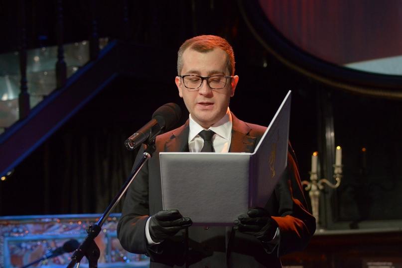 Заместитель губернатора Санкт-Петербурга, член-корреспондент РАХ Борис Пиотровский читает приветственное слово