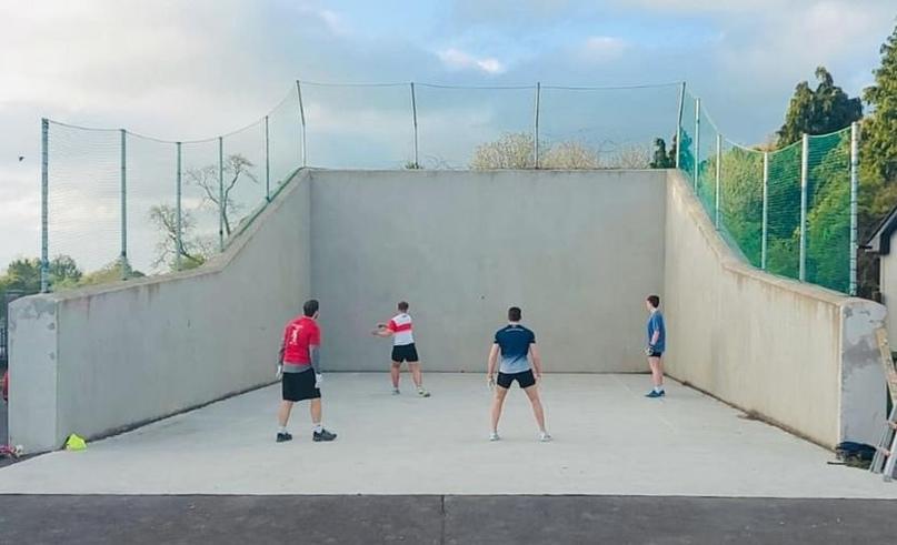 """В ряде стран (Ирландия, США) """"гандболом"""" называют совсем другую игру. В ней руками бьют мяч о стену!, изображение №2"""