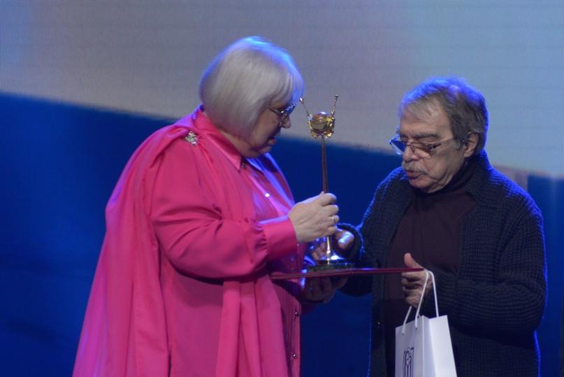 Президент фестиваля, Народная артистка России Светлана Крючкова вручает приз актеру и режиссеру Александру Адабашьяну