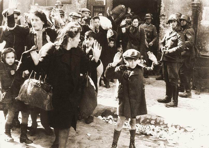 Ваффен-СС - это название боевых соединений партии национал-социалистов с 1939 года. С 1940 года они были организационно самостоятельны и подчинялись приказам лично рейхсфюрера СС. Из-за причастия к военным преступлениям после войны организация была объявлена преступной. Символика запрещена в ряде стран. На фото арест евреев служащими СС в Варшаве. https://upload.wikimedia.org/wikipedia/commons/0/0b/Stroop_Report_-_Warsaw_Ghetto_Uprising_06b.jpg