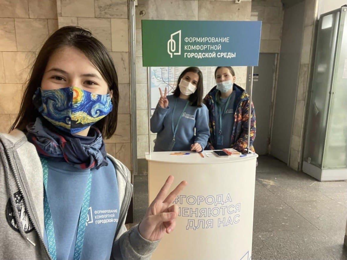 Команда волонтёров помогает петербуржцам принять участие в электронном голосовании за объекты благоустройства Петербурга