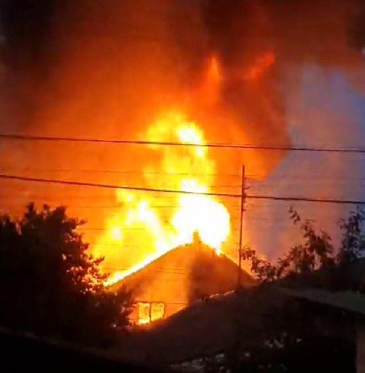 Вчера вечером в Симферополе горел гараж и дом: столб дыма был виден издалека