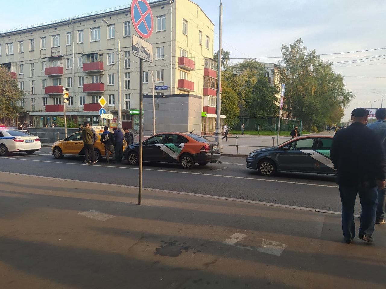 Сегодня на Щёлковском шоссе в сторону области напротив автовокзала. В этом фото всё прекрасно: два Д...