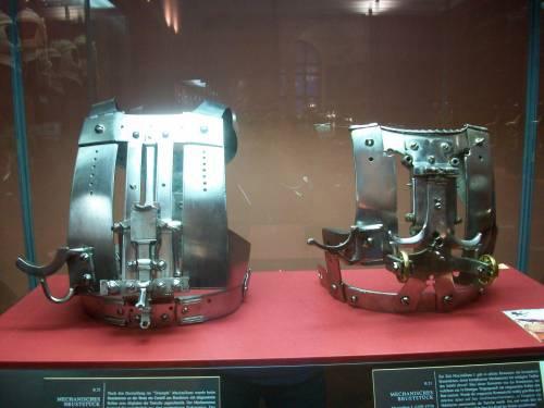 Слева - это кираса для Geschiftscheibenrennen с нагрудной мишенью, а справа - для Bundrennen. Обе принадлежали императору Максимилиану I.