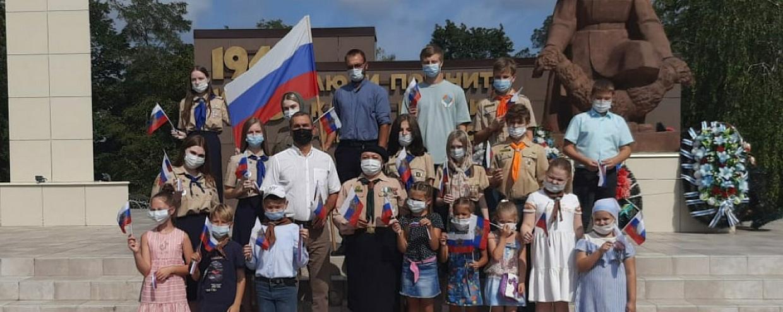 22 августа в День Российского флага юные разведчики отряда 69 свт. Митрофана Воронежского провели торжественный сбор на территории Спасо-Преображенского собора