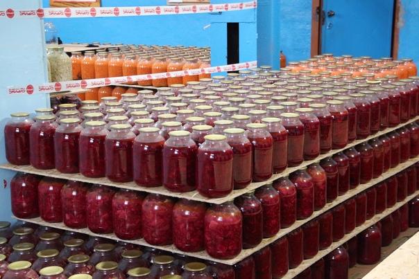 В цехе по производству консервированных овощей кол...