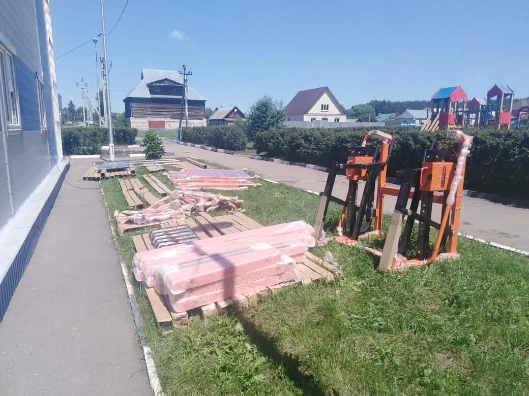 В Петровске начали монтировать спортивное оборудование новой площадки комплекса ГТО