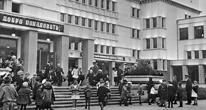 Революция, воплотившись в России, поставила на дореволюционной школе жирный крест (а точнее, жирную красную звезду) и отбросила решение вопроса о всеобщем образовании практически на десять лет.