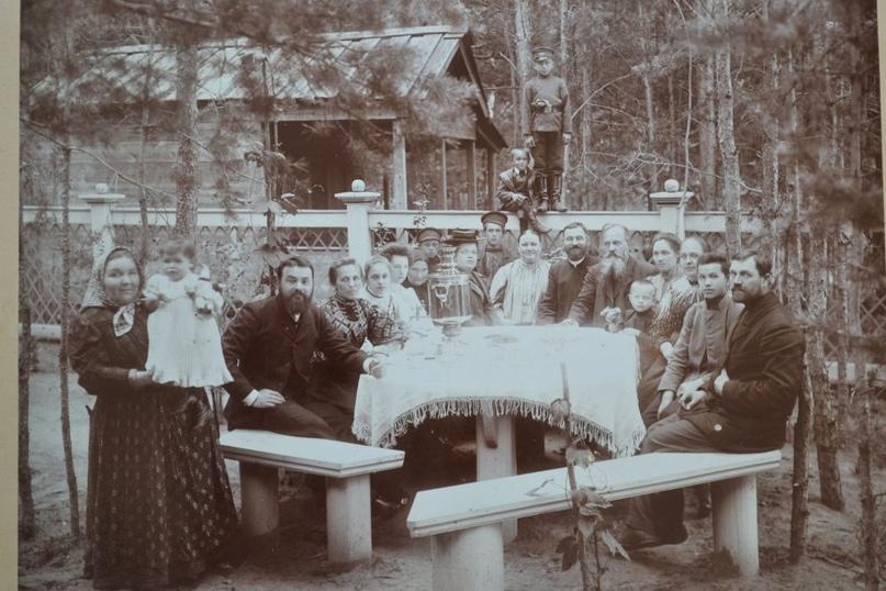 Семья Густомесовых за чаем