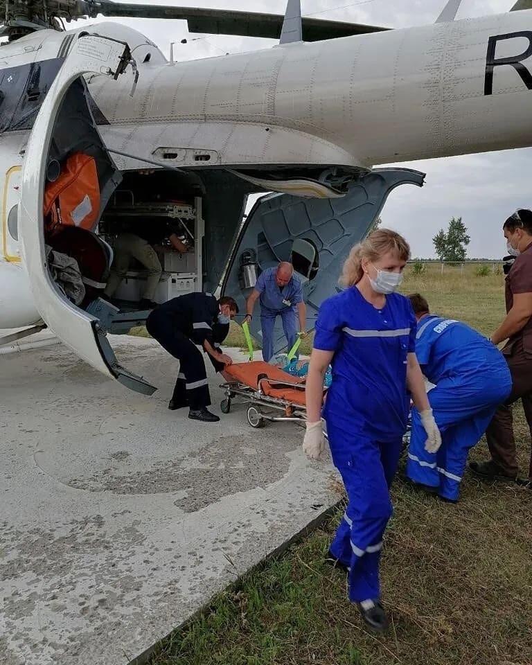 Вертолёт саратовской санавиации доставил в областную клиническую больницу двух пациентов из Петровска