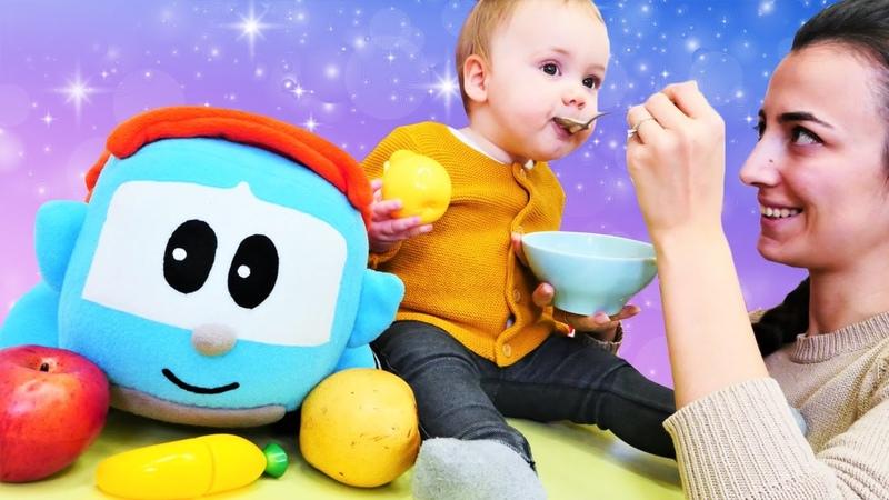 Oyuncak kamyon Leo oyuncak meyve getirdi. Bebek püresi nasıl yapılır. Bebek bakma videosu.