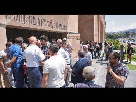 Полиция в Лермонтове отказалась разгонять народ заблокировавший здание мэрии